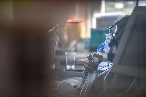 Image d'illustration d'un patient atteint de la Covid-19 en soins intensifs, dans un hôpital près de Paris.