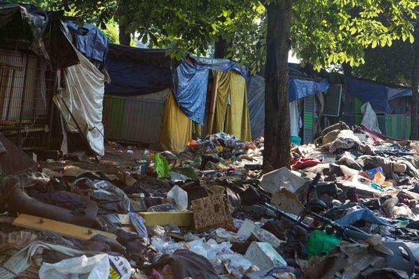 """Un premier camp a été évacué de """"la colline du crack"""" situé au niveau de la bretelle d'accès au périphérique, porte de la Chapelle, dans le 18e arrondissement de Paris, fin juin 2018."""