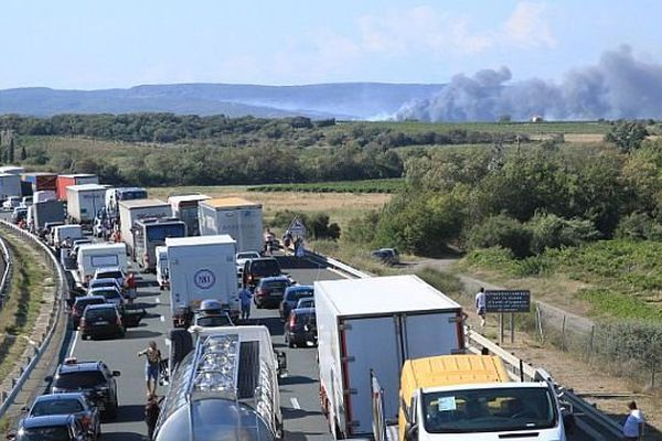 Aude - les camions et voitures bloqués sur l'A.9 durant près de 3 heures à cause de l'incendie de Peyriac-de-Mer - 30 juillet 2014.