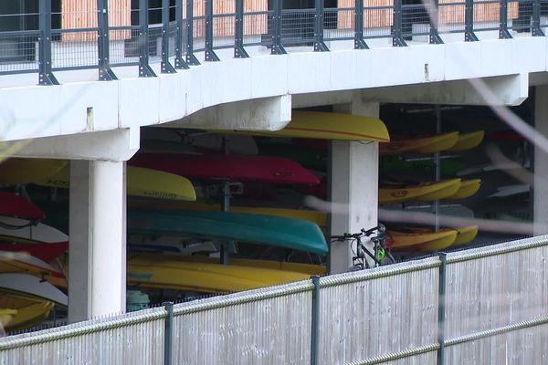 kayaks entreposés à la base nautique de Saint-Valéry-sur-Somme