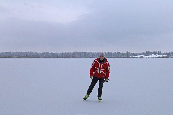 Serge Billet est un comtois passionné de glisse. Il nous a fait parvenir ces photos de sa session de glisse sur le lac de Bouverans.
