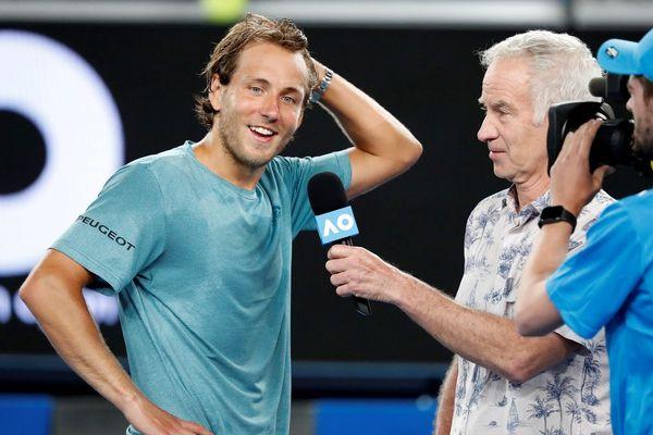 Lucas Pouille interviewé par John McEnroe à la fin du match.