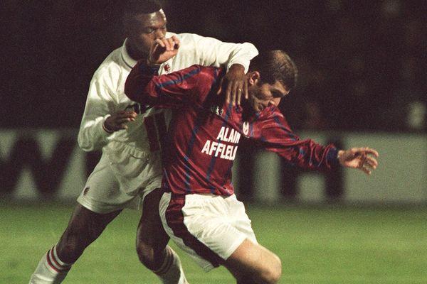 Le Bordelais Zinedane Zidane (D) est à la lutte avec le Milanais Marcel Desailly, le 19 mars 1996 à Bordeaux, lors de la rencontre Bordeaux-Milan comptant pour les 1/4 de finale retour de la Coupe UEFA.
