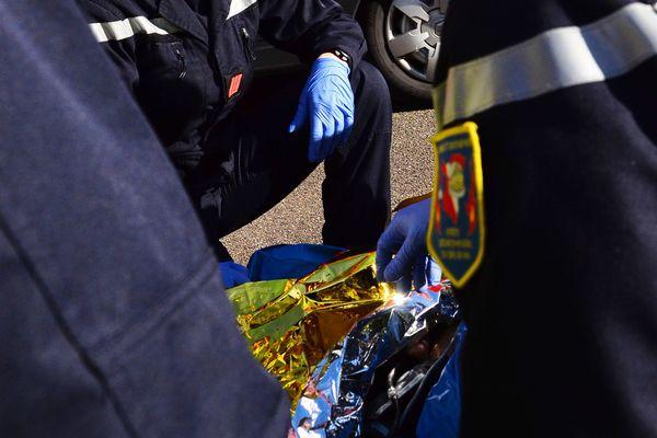 Pompiers en intervention de secours à victime