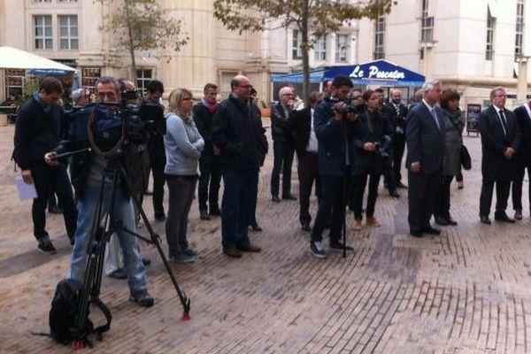 Plusieurs dizaines de personnes ont observé une minute de silence en hommage à Claude Verlon et Ghislaine Dupont