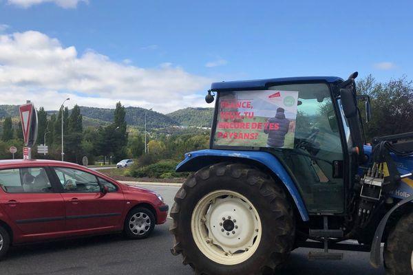 Sept tracteurs ont bloqué le rond-point de Beaumont le 8 octobre (Puy-de-Dôme)