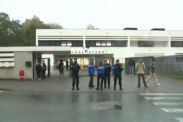 Le collège Aturri de Saint-Pierre sous surveillance encore ce vendredi matin. Il n'y a pas eu d'intrusion comme l'indique le Procureur de Bayonne. / © France 3 Euskal Herri