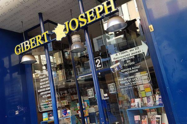 La célèbre librairie Gibert Joseph de Clermont-Ferrand, dans le Puy-de-Dôme, risque de disparaître.Un dossier a été déposé par la direction du groupe en vue d'une liquidation judiciaire.La décision du tribunal de commerce sera rendue jeudi 28 mai.Les salariés sont résignés mais inquiets.