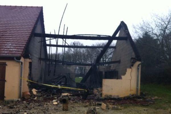 Incendié, le garage de la maison a été réduit à l'état de décombres. C'est là que les pompiers ont découvert un corps calciné.