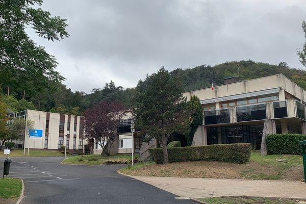 Lundi 7 octobre, le procureur de la République de Clermont-Ferrand a indiqué qu'une enquête serait ouverte après le suicide d'un enseignant.