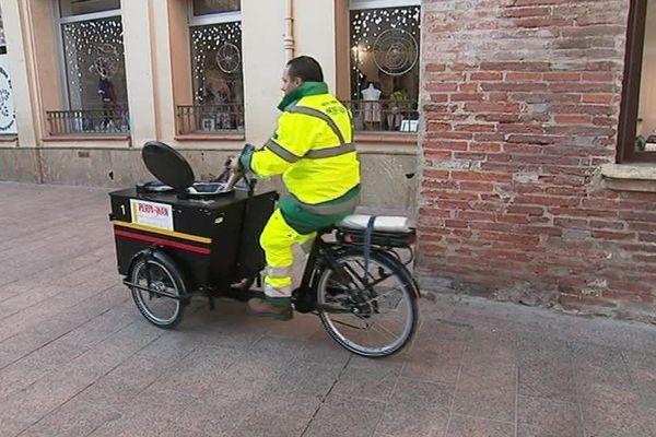 Un agent de la propreté à Perpignan nettoie le centre ville.