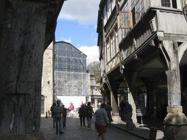 """3 place des Merciers, le restaurant """"Chez la Mère Pourcel"""" protégé par un mur d'échafaudage en attendant le début des travaux de restauration."""