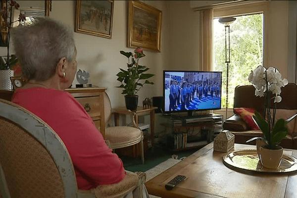 La vieille dame suit l'entrée de Simone Veil au Panthéon