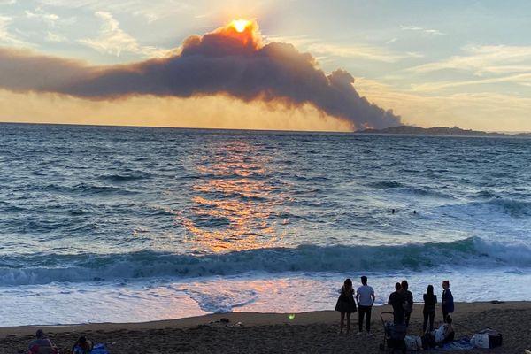 L'incendie de Martigues vu depuis la plage de la pointe rouge de Marseille.
