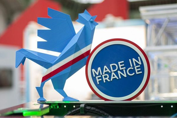 Le coq bleu, emblème de la French Fab, a été fabriqué en Mayenne dans l'entreprise Sodistra de Château-Gontier.