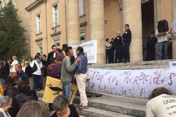 Manifestation de soutien aux deux faucheurs volontaires jugés ce vendredi matin, au tribunal de Privas.