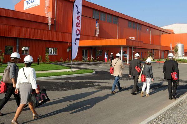 Des visiteurs se promenant devant l'usine lors de son inauguration le 26/09/2014.