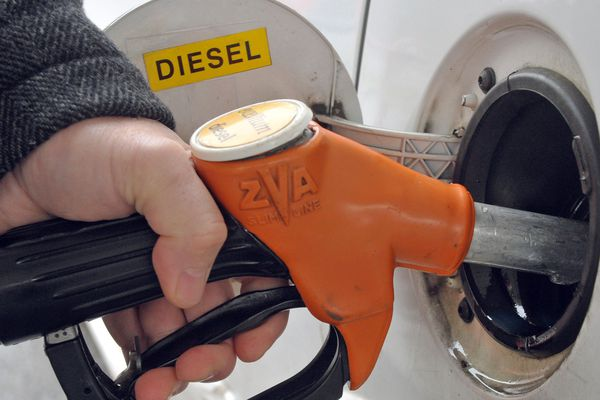 A partir de vendredi 12 octobre, un nouvel affichage aux formes géométriques doit identifier les carburants dans les stations-service de France et de toute l'Europe.
