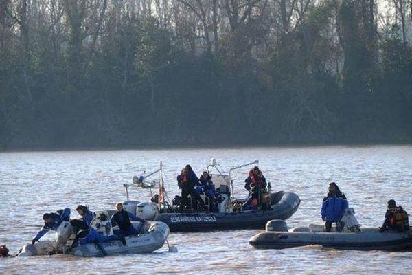 Recherches des plongeurs de la gendarmerie le 23 décembre 2013 dans la Dordogne, à Lugon-et-l'Ile-du-Carnay