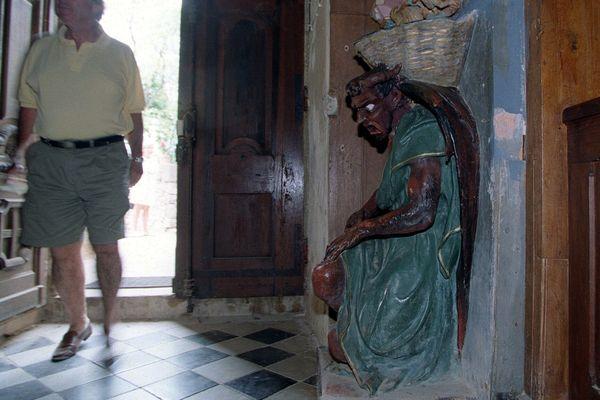 La statue du diable Asmodée, surmontée d'un bénitier, à l'entrée de l'église de Rennes-le-Château dans l'Aude - illustrations 2001