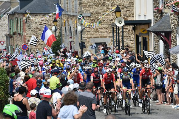 Le peloton traversant le village de La Chapelle-Janson (Ille-et-Vilaine), le 13 juillet 2018 lors de la 7e étape du Tour 2018 reliant Fougères à Chartres (photo d'illustration).