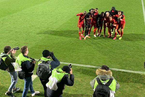 Les joueurs du RAF devant les photographes après leur victoire face au TFC.