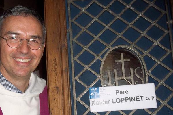 Le père Xavier Loppinet s'est formé à la langue des signes pour rendre les sacrements accessibles à tous.