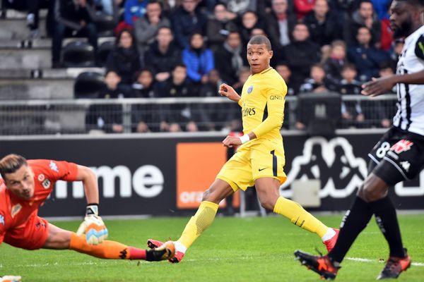 Angers SCO face au PSG samedi 4/11/17 : Kylian Mbappé ouvre le score dès la 5e mn par une reprise de volée.