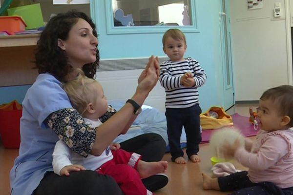 De plus en plus de crèches en Ile-de-France pratiquent la communication gestuelle, une langue des signes adaptées aux bébés.