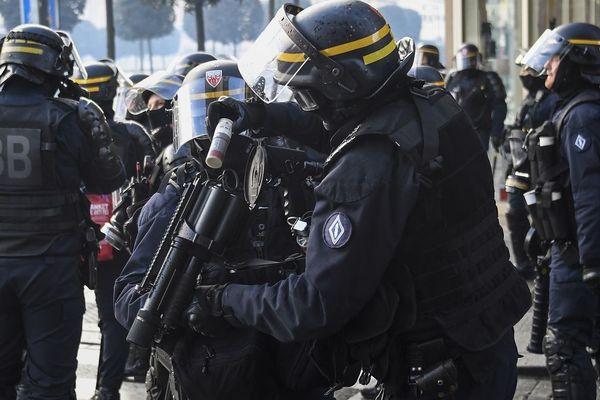 Les forces de l'ordre arment une grenade de désencerclement