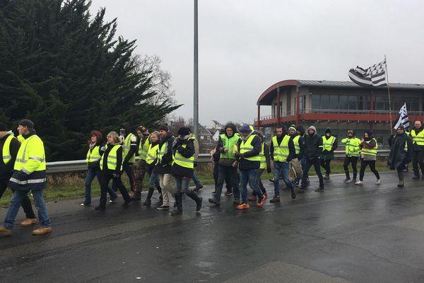 Entre 100 et 200 gilets jaunes à Saint Brieuc ce 15 décembre se dirigent vers la préfecture