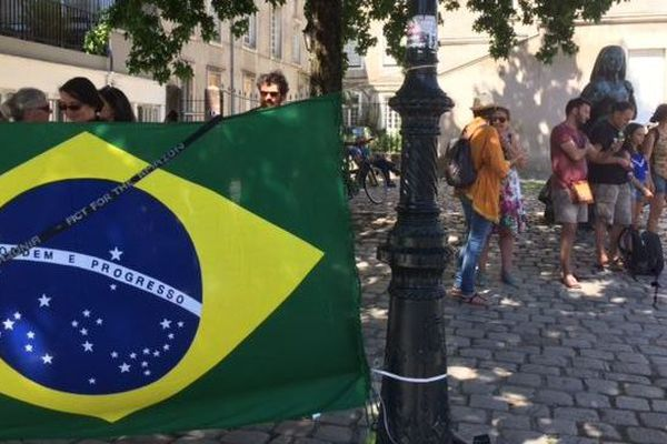 Une trentaine de personnes se sont réunies ce vendredi 23 août devant le château des Ducs de Bretagne à Nantes.