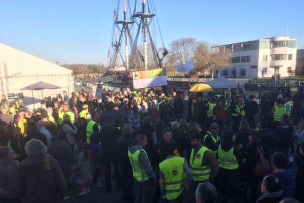 Les manifestants rassemblés à l'arsenal de Rochefort devant l'Hermione.