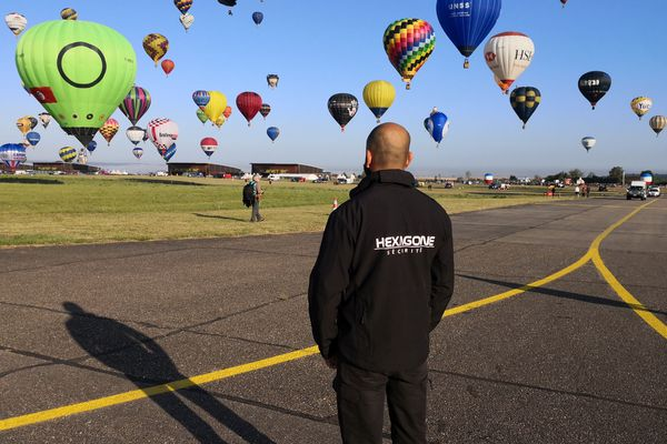 Un agent de sécurité sur le tarmac de Chambley Planet'Air à l'occasion de la 16e édition du Grand Est Mondial Air Ballons.