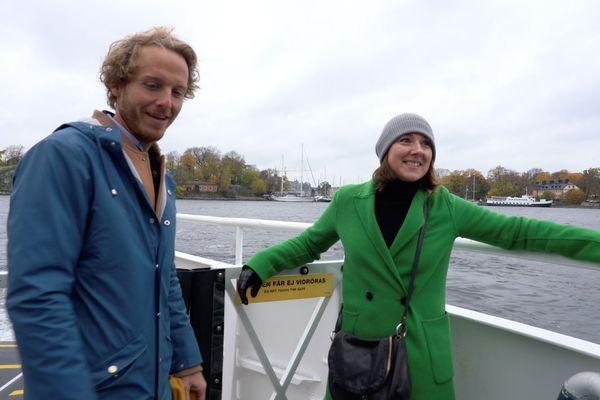 Sophie Maillard fait découvrir la capitale de la Suède à Arnaud Lauqué en bateau car Stockholm a été construit sur un archipel.
