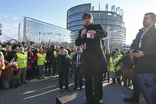 Strasbourg - l'ancien président indépendantiste catalan Carles Puigdemont et eurodéputé devant le Parlement européen - 13 janvier 2020.