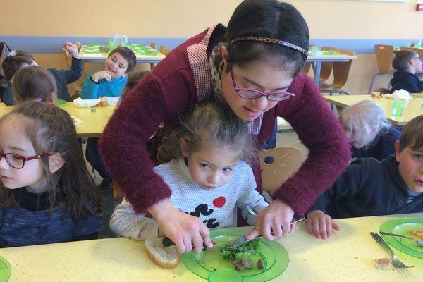 Depuis 6 ans, Elodie Arnaud s'occupe du service des enfants de maternelle à la cantine de Nieul (87).