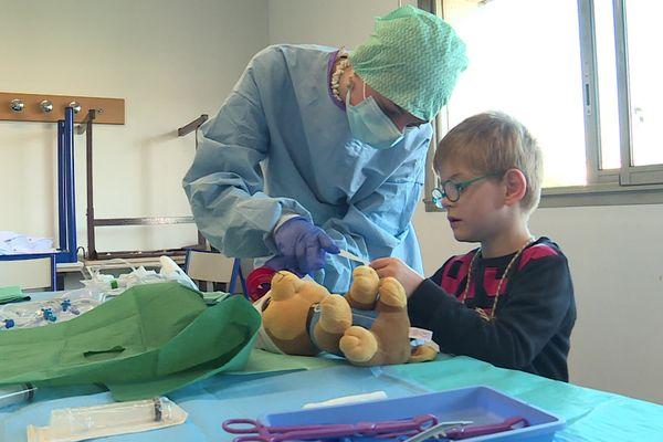 Les étudiants en médecine de Rouen reçoivent des enfants pour leur faire découvrir en douceur le milieu hospitalier.