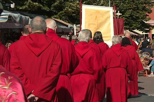 La procession des pénitents rouges brandissant le Saint Suaire à Nice