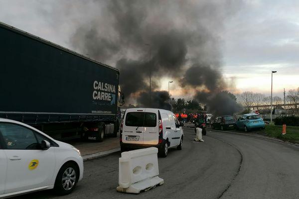 Les dockers bloquent les accès du port à Bois de Cheviré, les poids lourds en attente perturbent fortement la circulation générale à Bouguenais