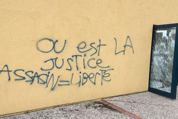 Après la mort de Jamal, des tags ont été laissés sur les murs du centre social Le Trait d'union, dans le quartier du Plessis, à Montceau