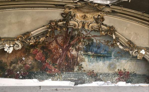 Après avoir été mises au jour à l'été 2018, les fresques du Palais des Fêtes, datant du début du XXe siècle, seront à nouveau cachées au public, pour les préserver de la lumière.