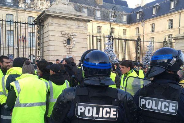 """Les forces de l'ordre tentent d'encadrer le défilé des """"gilets jaunes"""" sur la place de la Libération, devant la mairie de Dijon, samedi 24 novembre 2018."""
