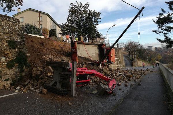 Alors que des travaux étaient réalisés au niveau de la route du Clos des capucins, à Romans-sur-Isère. Un mur de soutènement s'est effondré en contre-bas, sur la route menant au cimetière.