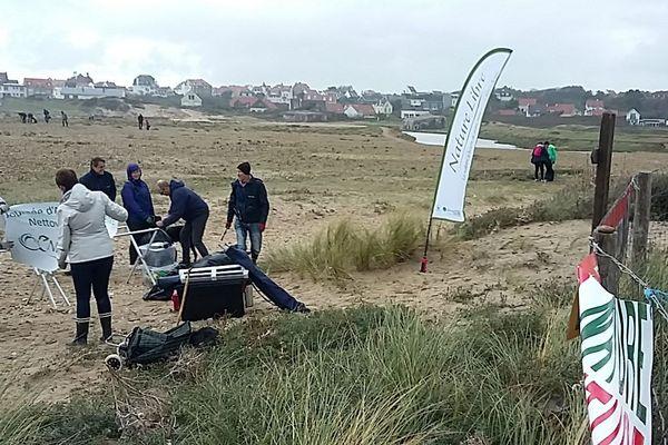 Membres de l'association et bénévoles de passage sur la plage des dunes de la Slack