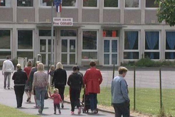 Les parents devant l'école de Léhaucourt, dans l'Aisne.