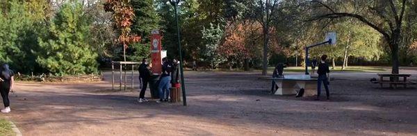 Les aires de jeu du parc Sainte-Marie de Nancy très prisées alors que le second confinement n'a que quelques jours.