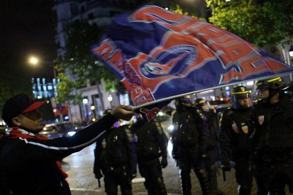 Des supporters de PSG et des CRS en mai 2014.