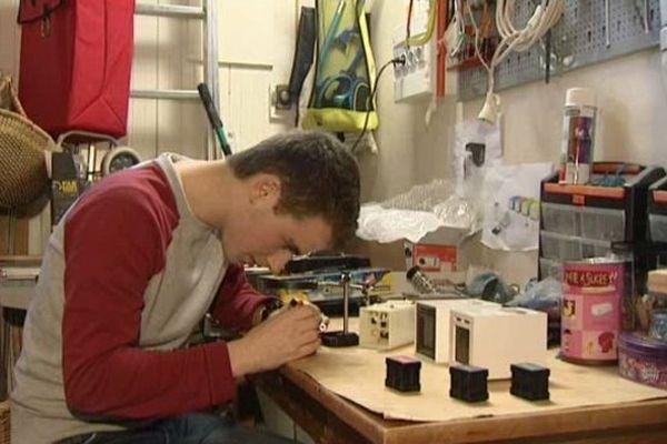Guillaume Rolland a créé son réveil olfactif dans ce garage, chez ses parents à Nantes.