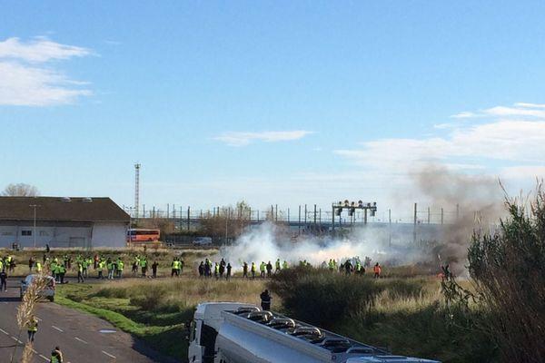 Un nouveau face à face ce lundi matin entre gilets jaunes et CRS au dépôt de carburant de Frontignan, près de Sète dans l'Hérault. C'est la cinquième fois depuis le début de ce mouvement inédit que les forces de l'ordre interviennent pour débloquer le site.